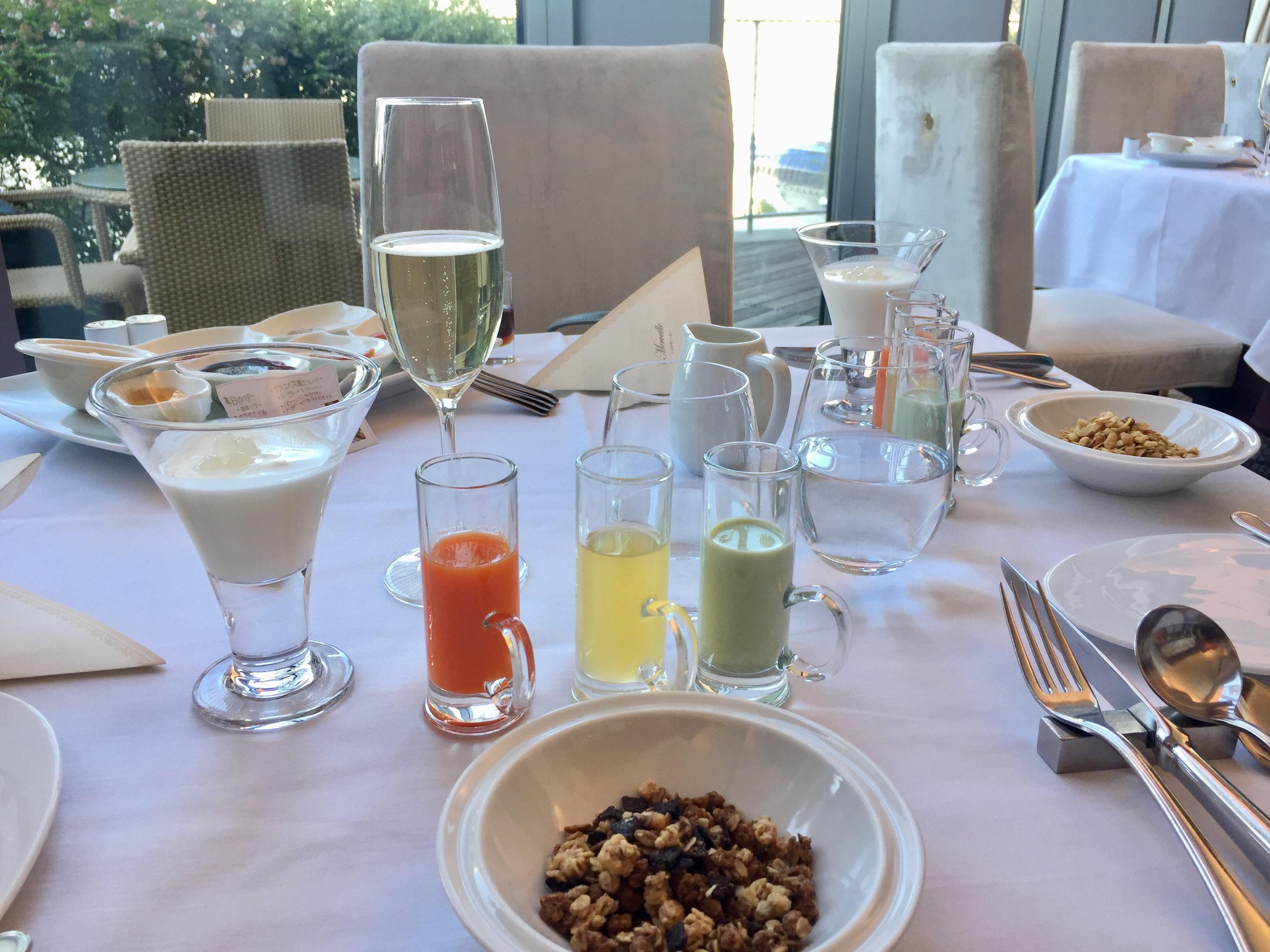 一日のスタートは、ちょっと優雅なプティデジュネ(朝食) ミーティングから